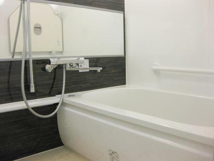 スタイリッシュでモダンなバスルームになりました。浴槽の蓋も壁に掛けられてスッキリ!