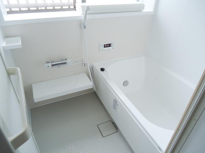 白を基調にした、爽やかで明るいバスルームになりました!ラパス使用です。