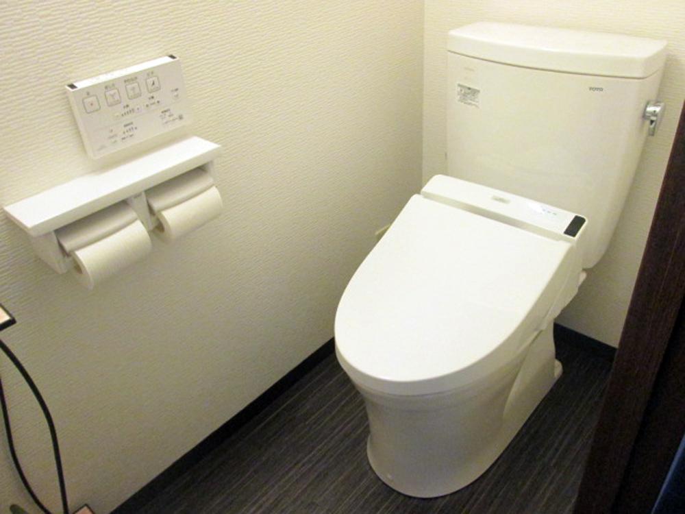 ウォシュレットもリモコン式となりトイレ全体がスッキリいたしました。