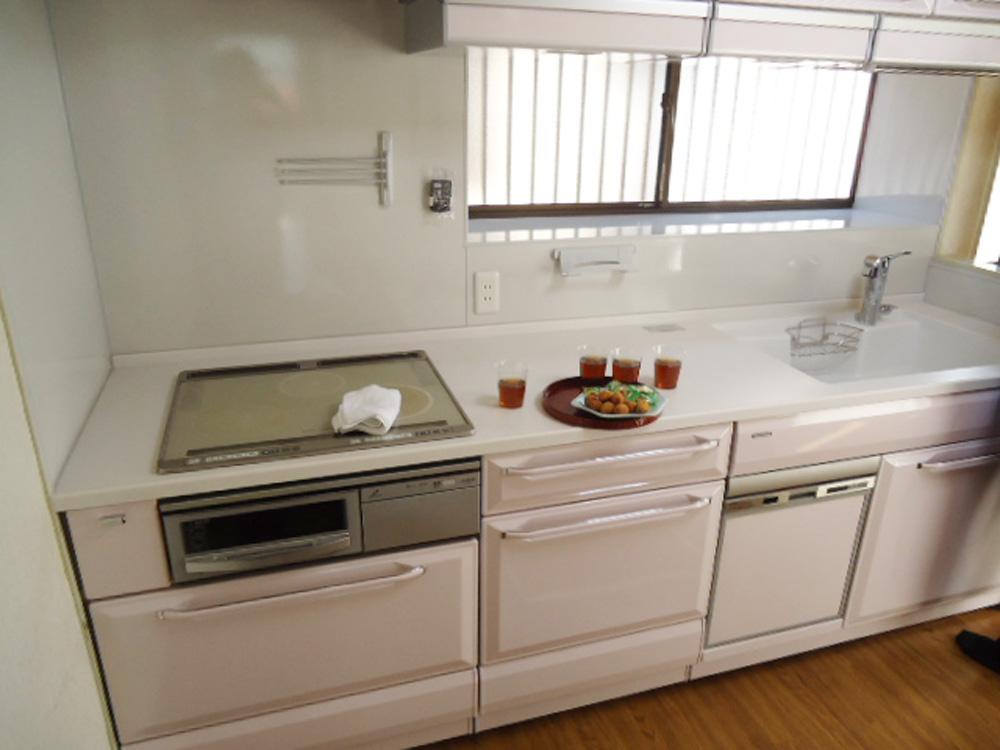 明るい色の使い勝手のよいキッチンになりました。