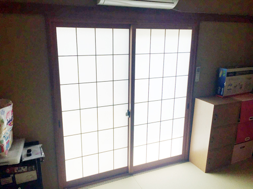 和紙調格子付きのインプラスです。和室にとても似合いますね! インプラスは、樹脂製内窓取付で外気の温度に左右されにくく、断熱、防露効果を発揮する窓です。また外窓・空気層・内窓(インプラス)が外からの音や室内の音の出入りを抑え、音がきにならない住環境をつくります。