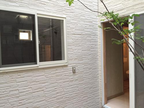 掃出し窓から腰高窓に改修しました。アルミ樹脂複合サッシを使用しています。