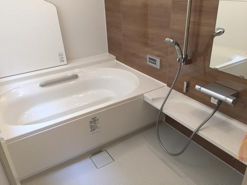 浴室はリクシル・アライズ1624使用です。在来工法からユニットバスにリフォームしました。その他、掃出し窓を腰高窓(アルミ樹脂複合サッシ)に変更、洗面室改修工事も行っています。