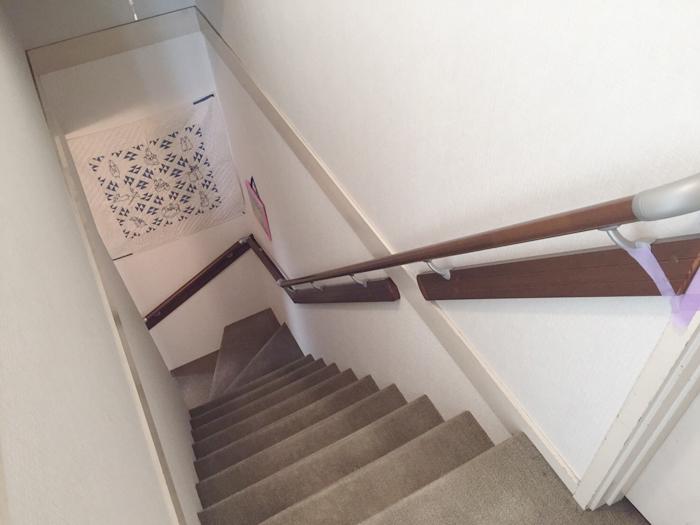 2×4のため、ブラケットベース使用です。より安全な階段になりました。