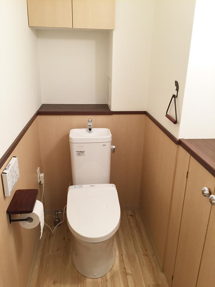 TOTOの「壁掛式防露便器ピュアレストMR手洗器付き」です。便器はきれい除菌水のチカラで便器とノズルのきれいが長持ちします。