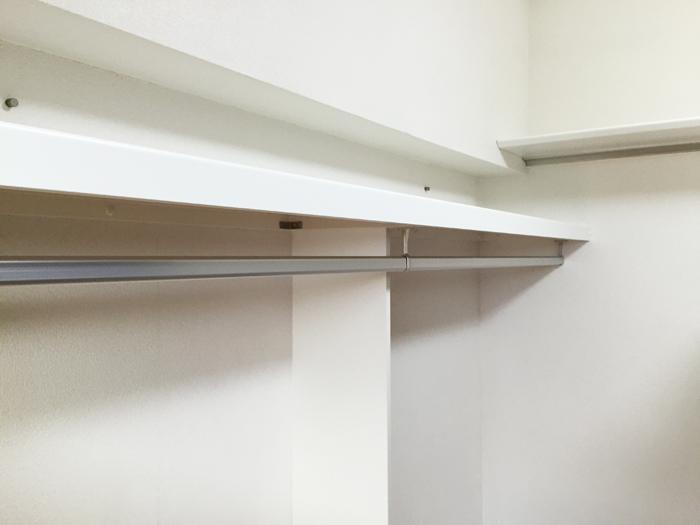 収納を充実させた、ウォークインクローゼットのような空間を造りました。大容量で、すっきり片付きます。