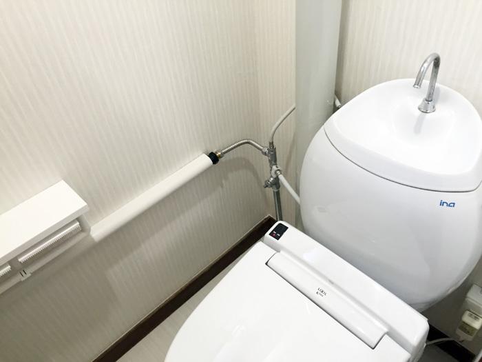 トイレ改修工事をいたしました。床・クロスも新しくしています。ウォシュレットも取り付けました。