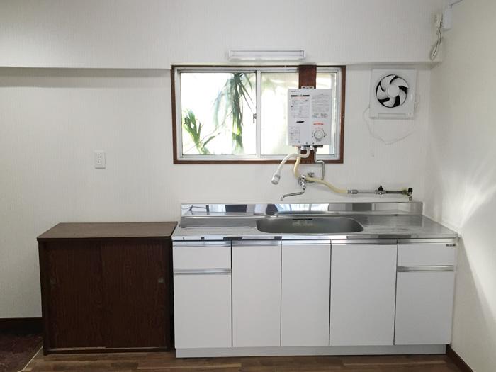 アパートの一室を全面内装改修工事(クリーニング等も含む)いたしました。キッチンは換気扇交換、ガス給湯器も設置しています。