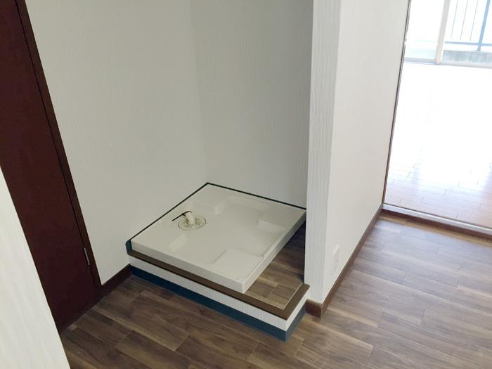 洗面台のあった場所を洗濯機置きに。洗濯パンを設置しました。(給排水配管工事含む)