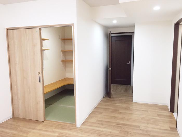 内装全体改修工事をいたしました。リビング横の和室壁を取り洋室にし、大きなLDKとしました。旧和室の押し入れは「書斎」となりました。