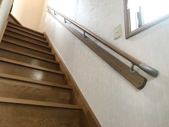 玄関と階段に手摺り取付工事いたしました。(その他、1階と2階のトイレ改修工事もしています。)